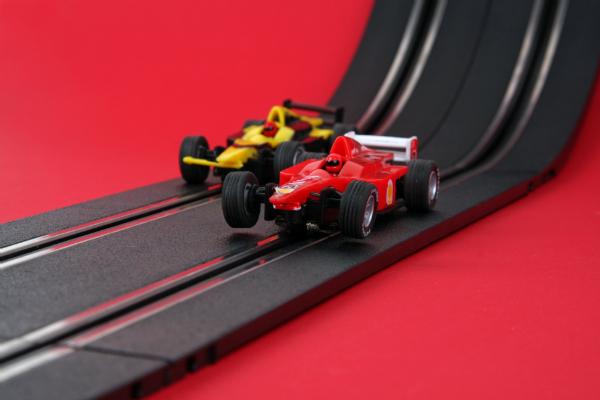 Modellautos auf der Rennbahn