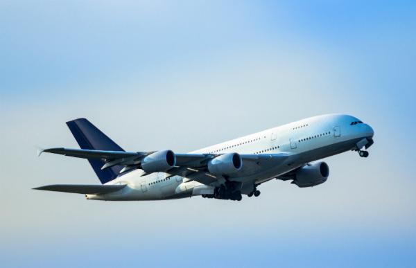 Um ein Flugzeug mit Kohlefaserplatten zu beplanken sind mehrere Arbeitsschritte notwendig